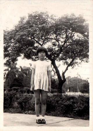 童年時期的丘愛芝是可愛的小女生,穿洋裝,也玩洋娃娃。(丘愛芝提供)