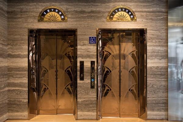 飯店電梯的樓層指針是復古的羅馬指針。