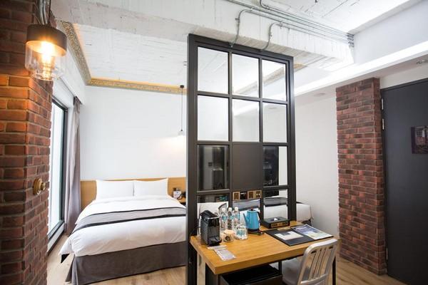 為保留老空間的樑柱及空間感,房間內裸柱及隔間要結合仿舊及現代感,設計頗花心思。
