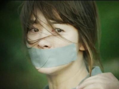 「嘴貼膠布」戲碼6秒掙脫!人質噤聲裝弱都是戲劇效果