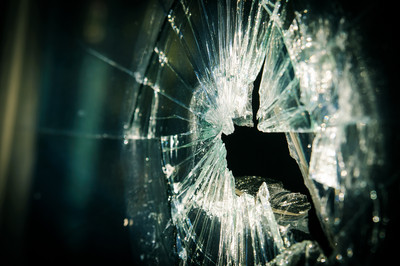 回家玻璃門突然爆裂! 15歲少女心臟被刺破...倒在四射碎片中