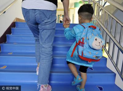 豬隊友帶小孩 她驚兒子穿內褲上學