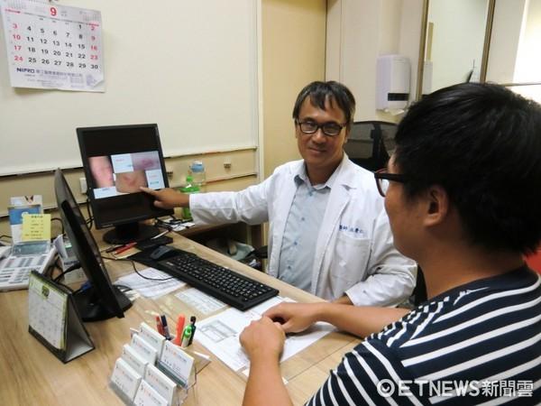 ▲內科醫師巫慶仁(左)提醒,異位性皮膚炎常被誤為黴菌感染,應及早就醫做鑑別診斷。(圖/「活力得中山脊椎外科醫院」提供)
