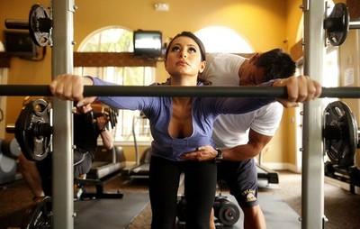 男教練培訓美國小姐,邪念眼神透露何謂「看得到吃不到」