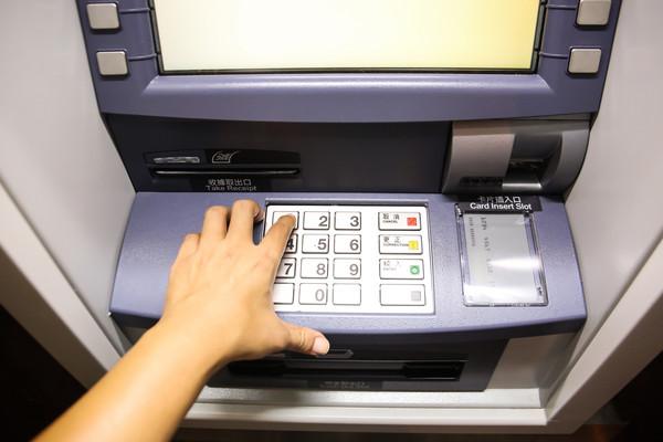 ▲▼提款機,ATM,提錢,取款,詐騙,薪水,理財,借錢,收入,支出,月光族,銀行,帳戶。(圖/記者周宸亘攝)