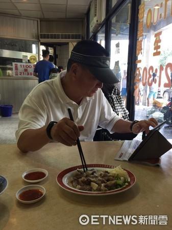 ▲▼東森集團董事長王令麟在北投金春發牛肉麵店用餐,低調的坐在角落,還不時看iPad。(圖/ETNEWS網友授權提供,請勿隨意翻攝。)