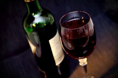 不懂紅酒才會這樣做!聞軟木塞=外行菜鳥 酒侍看了都搖頭