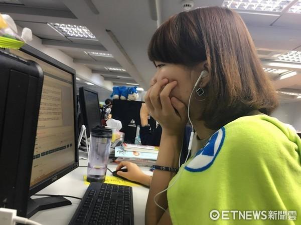 小資女,上班族,聽音樂。(圖/記者李佳蓉攝)