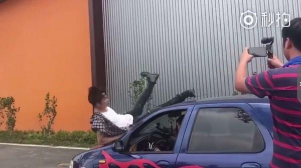 ▲汪東城往後倒撞上引擎蓋,同時擋風玻璃也瞬間裂開。(圖/翻攝自汪東城、《西夏死書》微博)