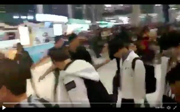 ▲▼ Wanna One抵泰暴動! 「成員遭擠扁」經紀人衝去救人(圖/翻攝自推特)