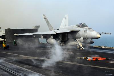 F/A-18E墜毀死亡谷 冒出蕈狀雲