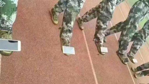 ▲踩手機「學站姿」 陸大學軍訓課「腳一軟2萬就噴了!」。(圖/翻攝微博)
