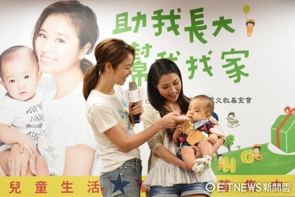▲林心如助四個月大的寶寶進行收涎儀式,讓寶寶平安長大、幸福一輩子。(圖/兒福聯盟提供)