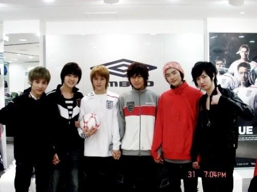 ▲李鍾碩(右二)過去曾是偶像練習生。(圖/翻攝自網路)