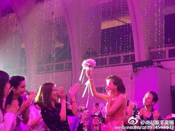 ▲林志玲在黃曉明婚禮搶到捧花。(圖/翻攝自微博)
