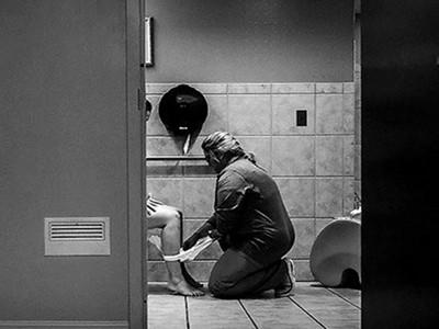 生過孩子才懂的溫柔 護士跪地擦去產婦的血淚與脆弱