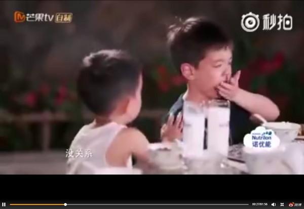 ▲▼《爸爸去哪兒》第五季Jasper安慰哭泣的嗯哼。(圖/翻攝自微博)