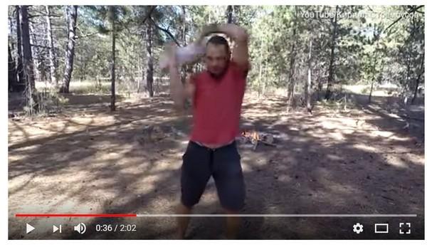 把4個月嬰兒當雙截棍狂甩 惡劣老爸:這是傳統武術!(圖/翻攝自YouTube)