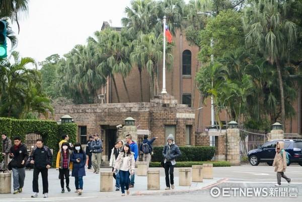 台大、台灣大學、路人、街頭、寒流、冷氣團。(圖/記者陳明仁攝)