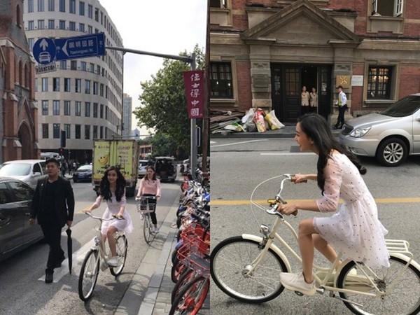 ▲Angelababy身穿薄紗白色洋裝,騎自行車露出燦笑。(圖/翻攝自微博《網紅揭密》)