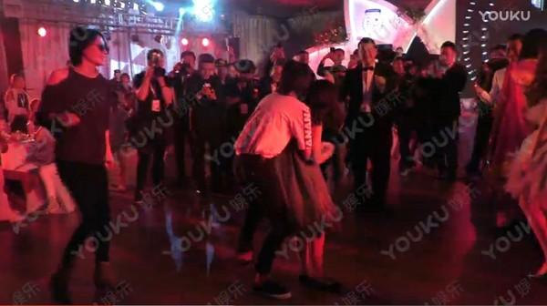▲王菲難得放下高冷身段,舞池上和女兒、前夫跳舞。(圖/翻攝自《優酷全娛樂》)