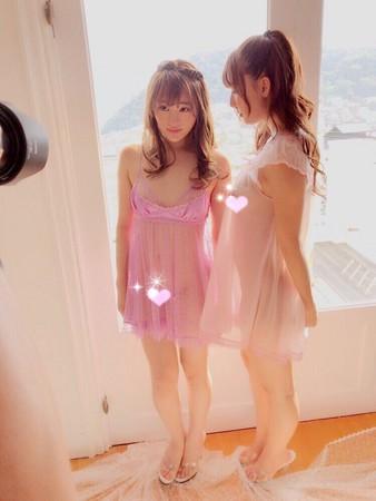 ▲三上悠亞和松田美子和拍大尺度寫真。(圖/翻攝自三上悠亞推特)