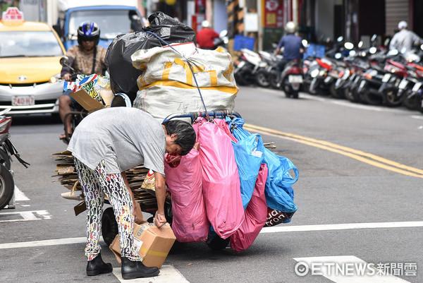 ▲▼資源回收,拾荒,撿破爛,經濟困難,貧窮,人口老化,老年人,高齡化社會。(圖/記者李毓康攝)