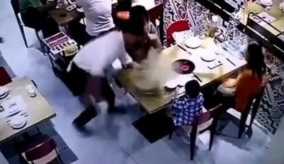 人肉川燙!服務生「一個鬼步打滑」 整鍋沸湯倒幼童臉上