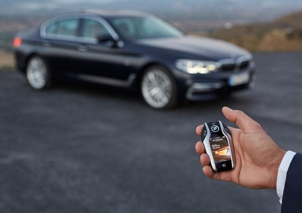 小一號智慧型手機、內建USB?這些車鑰匙設計真夠「勁」(圖/翻攝自BMW、Tesla、Koenigsegg、AstonMartin、McLaren)