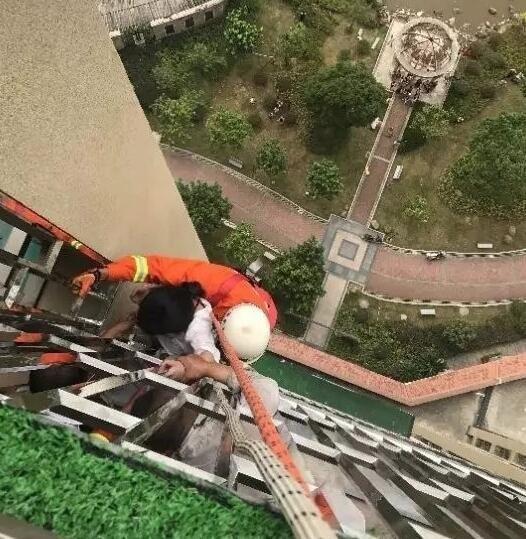 ▲女子從18樓跳樓,卻掛在別人家陽台外等待救援       。(圖/翻攝自搜狐網 )