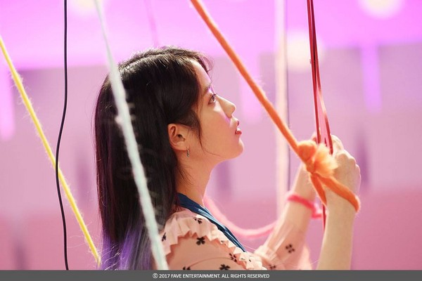 ▲紫色髮尾的長髮。(圖/翻攝自IU臉書)