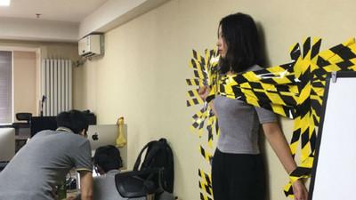 正妹沒繫安全帶被老闆「黏在牆上」 網友跪求番號…