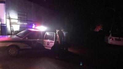 「共乘小黃」隔壁坐警察!醉男吹噓砍人5刀 一下車…又上警車了