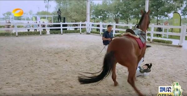 ▲▼蔣欣錄影墜馬。(圖/翻攝芒果TV)