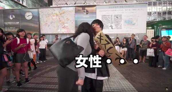 ▲▼腐女魂爆發!男網紅街頭索吻100男 女生圍觀狂尖叫(圖/翻攝自「MAHOTO」Youtube)