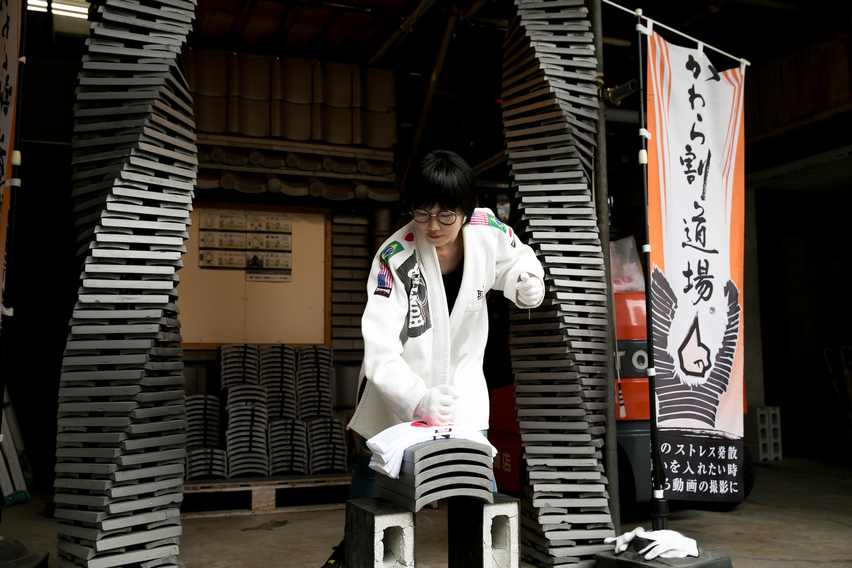 ▲▼日本東京戶越銀座站的石川商店劈瓦片體驗。(圖/choyce寫育兒、旅行與生活攝)