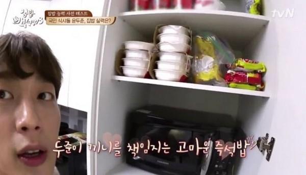 ▲尹斗俊在《家常飯白老師》秀出家中滿滿即食飯。(圖/翻攝自JTBC)