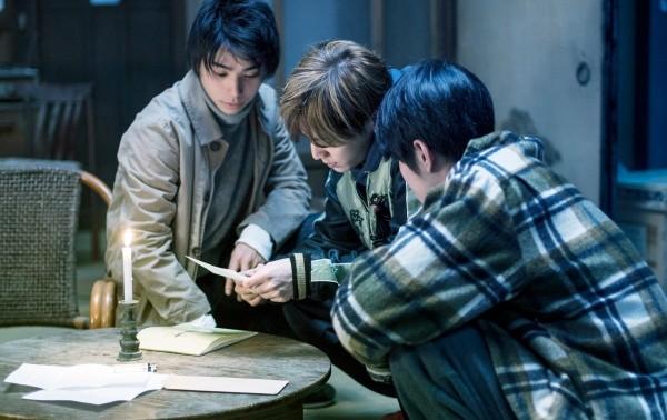 ▲村上虹郎(左起)、山田涼介、寬一郎演出《解憂雜貨店》。(圖/翻攝自網路)