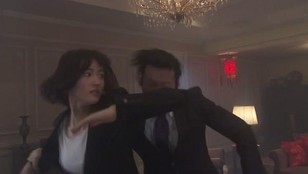 ▲綾瀨遙是身手高超的間諜。(圖/翻攝自《NTV》直播)