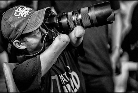 ▲▼印尼攝影師祖卡奈因天生四肢不健全,但因對攝影的熱愛,成功成為知名且專業的攝影師。(圖/翻攝自Instgram/bangdzoel_)