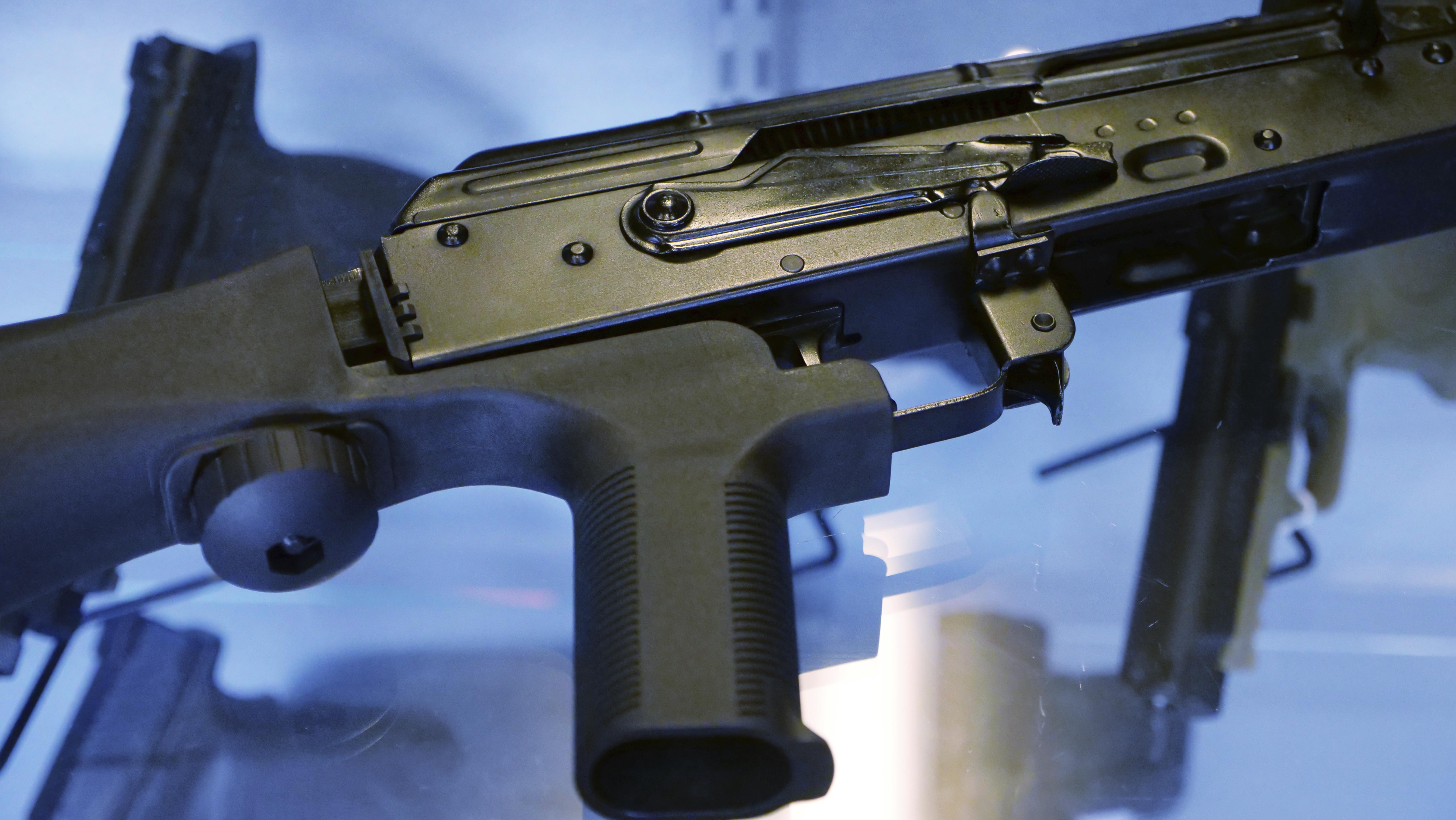 賭城槍手在步槍上加裝能加速射擊的「撞火槍托」(bump stocks)裝置,讓半自動手槍升級成能連續射擊的全自動武器。(圖/達志影像/美聯社)