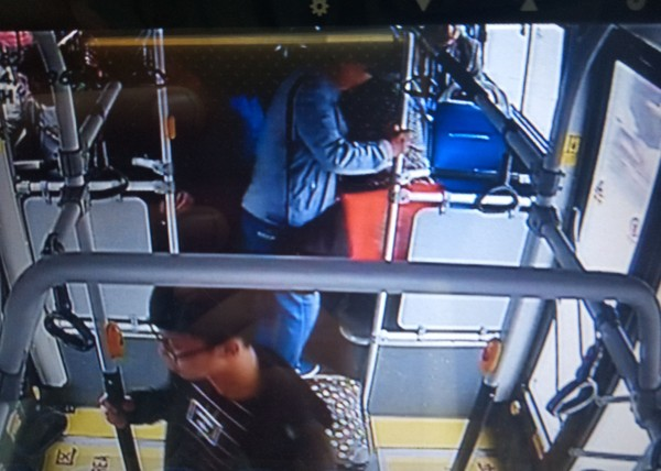 ▲▼鄭州男想用月餅盒告白,卻忘在公車上。(圖/翻攝自鄭好事兒)