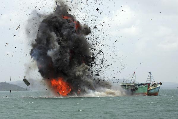 ▲▼印尼海洋漁業部長蘇西下令,炸沈外國漁船             。(圖/達志影像/美聯社)