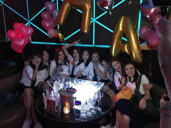 ▲吳亞馨辦學生制服派對。(圖/翻攝自吳亞馨、許維恩臉書)