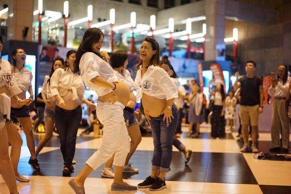 Janet和孕婦快閃熱舞。(圖/翻攝自Janet臉書)