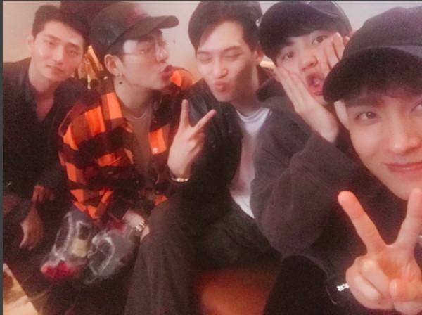 ▲燦烈和CNBLUE宗泫、Zico、演員崔泰俊和申康宇一同到日本度假。(圖/翻攝自燦烈IG)
