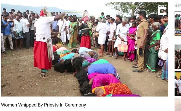 ▲▼印度2000婦女跪地等師父鞭打。(圖/翻攝自Caters Clips YouTube)