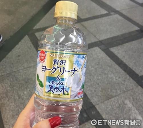 ▲日本三得利推出「可爾必思天然水」,雖然透明喝起來就像可爾必思。(圖/記者劉亭攝)