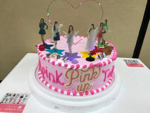 ▲粉絲為Apink準備的特製蛋糕。(圖/MyMusicTaste提供)