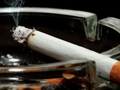 二手煙熏到變「大便色」!洗窗簾水像濃縮咖啡,網友噁到吐